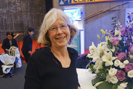 2019年12月28日晚,渥太華大學教授Shirley Nelson觀看演出後,表示完全被神韻演出迷住了。(戴思慧/大紀元)