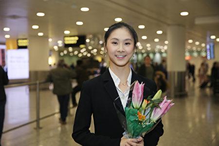 2019年12月29日,神韻國際藝術團領舞演員Angela Xiao抵達英國倫敦希思羅(Heathrow)機場。(冠奇/大紀元)