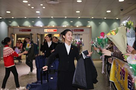 2019年12月29日,神韻國際藝術團藝術家們步入英國倫敦希思羅(Heathrow)機場大廳。(冠奇/大紀元)
