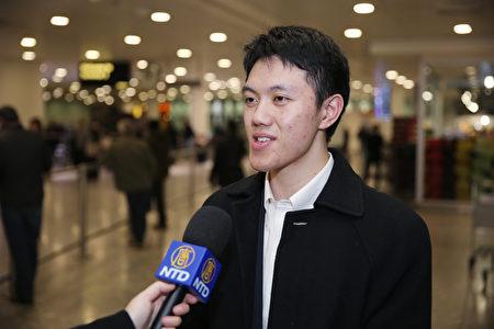 2019年12月29日,神韻國際藝術團領舞演員Monty Mou抵達英國倫敦希思羅(Heathrow)機場,接受採訪。(冠奇/大紀元)