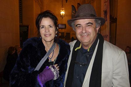 12月30日,Arbonne International公司的顧問Holly Shantara Farrow(左)與好友觀看了神韻環球藝術團在三藩市的首場演出。(周容/大紀元)