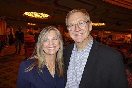 2019年12月30日,Mark Sligar牧師和妻子Brenda Sligar觀看了神韻環球藝術團在三藩市歌劇院的首場演出。(於麗麗/大紀元)