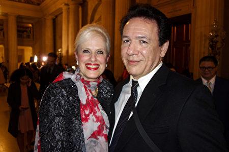 2019年12月30日,灣區著名的高科技投資顧問John Manoyan博士和妻子Susan Manoyan觀看了神韻環球藝術團在三藩市歌劇院的首場演出。(於麗麗/大紀元)