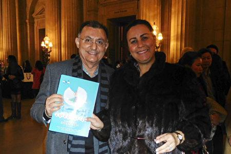 2019年12月30日晚,Mandu Ibrahim和太太Majda Ibrahim在三藩市歌劇院,欣賞了美國神韻環球藝術團的首場演出。(張倩/大紀元)