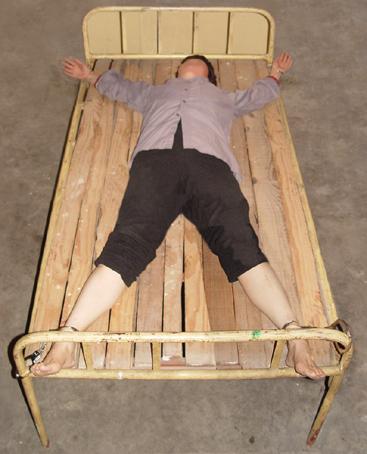 酷刑演示:死人床。(明慧網)