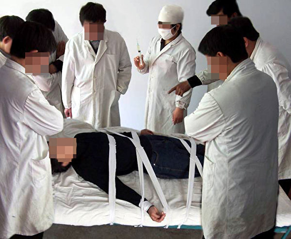 酷刑演示:打毒針(注射不明藥物)。(明慧網)