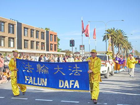 阿德萊德法輪功團體多年來一直應邀參加阿德萊德港(Port Adelaide)和諾伍德市(Norwood)的傳統聖誕花車遊行。(章正/大紀元)