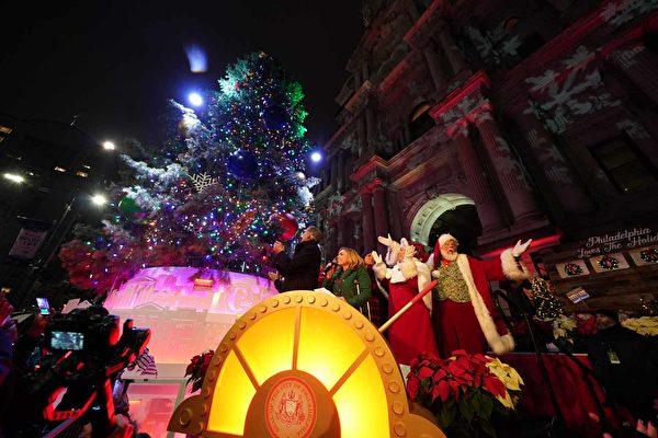欢庆佳节  费城举行圣诞树点灯仪式