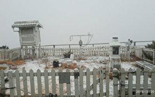 銀白世界出現 玉山降今年「初雪」