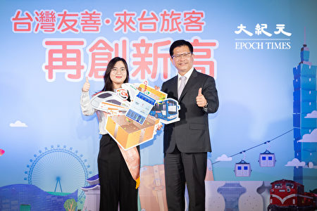 交通部長林佳龍(右)頒贈禮品給今年來台灣的第1111萬名旅客、來自韓國的鄭年朝(左)。