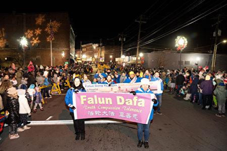 11月29日纽约上州米德尔敦(Middletown)市政府举行传统一年一度的圣诞点灯仪式及庆祝游行,法轮功队伍再次被邀请参加,并受到热烈欢迎。