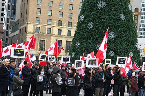 12月8日,温支联在温哥华市中心举行公众集会,呼吁加拿大政府引用马格尼茨基法案,对侵犯人权的中国和香港官员实施制裁。