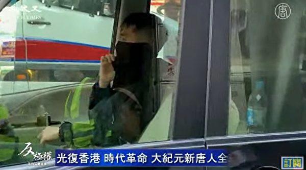 12月8日港人大游行,警方出动水炮车,还有大量警方私家车。图为私家车上的便衣、蒙面警察。(大纪元视频截图)