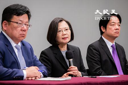 總統蔡英文(中)29日出席2020總統大選電視辯論會,會後與副總統候選人賴清德(右)出席記者會接受媒體提問。