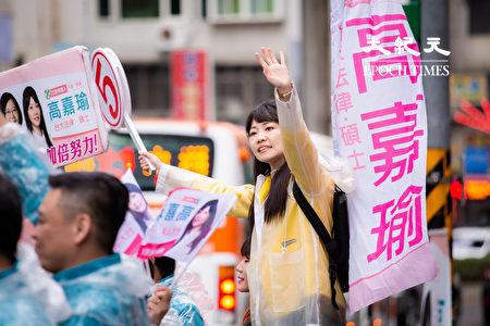 面对2020大选倒数20余天,民进党台北市第四选区立委侯选人高嘉瑜20日在东湖路口向市民拜票。