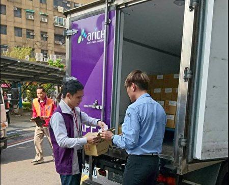 衛生福利部疾病管制署採分批下貨提供各縣市公費接種對象分批接種。