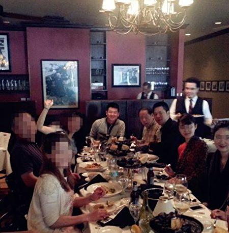 攝於美國一私人會所。居中坐主位者是Michael Xu,其左手邊第一位是中國海關總署領導,其左手第二位為車峰,其右一和右二為L姓中共領導人後代(一女一男),其右三是中共一開國元勛的孫女(香港華菁會成員)。(因保護消息來源的安全需要,故部份人物頭像作模糊處理。)(作者提供/大紀元)