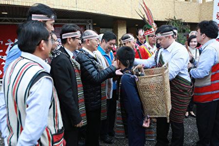 原住民族頭目耆老與出席來賓分配刀準備揭牌。