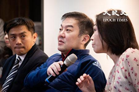 远东航空12日无预警停飞,董事长张纲维(中)13日召开记者会对外界说明。