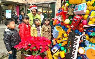 另类环保圣诞佳节 二手玩具搭建环保圣诞树