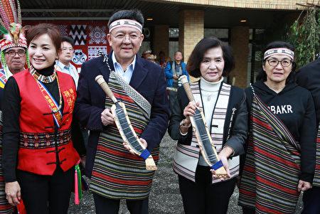 原住民族傳統祈福儀式後,體育署林哲宏副署長(左2)、宜蘭縣長林姿妙(右2)手拿刀準備揭牌儀式。