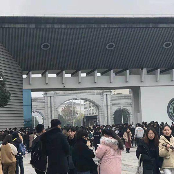 12月23日至25日,浙江紹興市的紹興文理學院元培學院的數千名學生因學校改名換制,發起抗議請願活動。(受訪者提供)