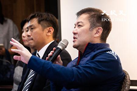 远东航空12日无预警停飞,董事长张纲维(右)13日召开记者会对外界说明。