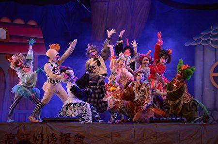 紙風車劇團演出《雞城故事》。