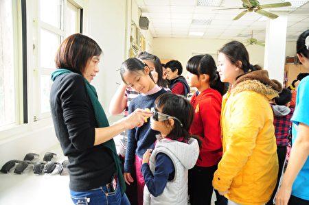 大湖國小校長徐美玉(左)為小朋友戴護目鏡