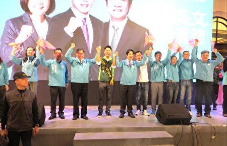 中左桃園市長鄭文燦、副總統參選人賴清德(中右)等為中壢區立委參選人彭俊豪加油。