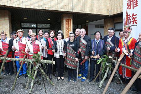 原住民族耆老與出席來賓揭牌儀式後。