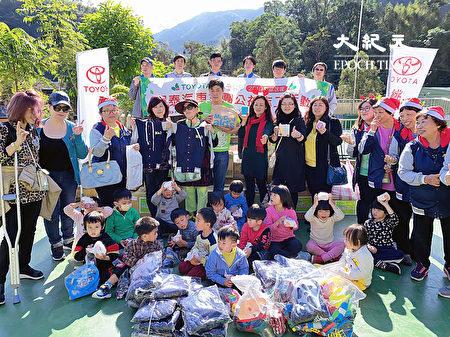 桃園市復興區霞雲國小登場的愛心捐贈活動,48位小朋友興高采烈。