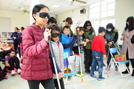 小朋友戴著護目鏡體驗視障者行動的困難與不便