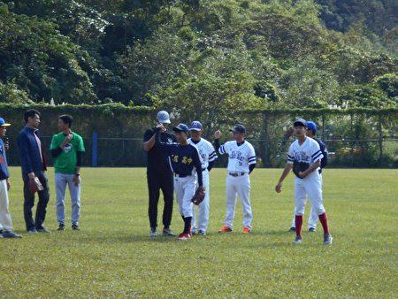 陳偉殷傳授投球秘訣與經驗分享。