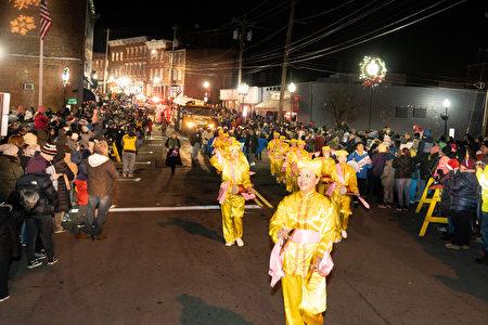 11月29日纽约上州米德尔敦(Middletown)市政府举行传统一年一度的圣诞点灯仪式及庆祝游行,法轮功队伍再次被邀请参加,并受到热烈欢迎。图为法轮大法腰鼓队。