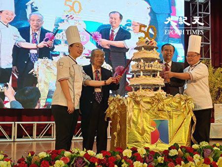 榮獲俄羅斯國際技能競賽世界銅牌獎的洪瑀襄同學(左1),協助南臺科大舉辦「50週年校慶切蛋糕儀式」。