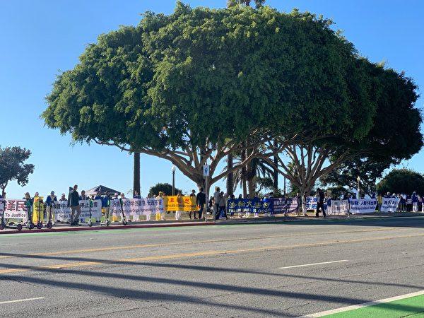 洛杉磯法輪功學員在聖莫妮卡海灘舉著各種真相橫幅,築起真相長城。(姜琳達/大紀元)