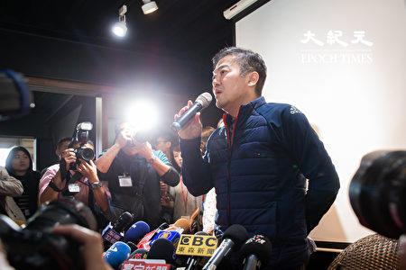 远东航空12日无预警停飞,董事长张纲维13日召开记者会对外界说明。