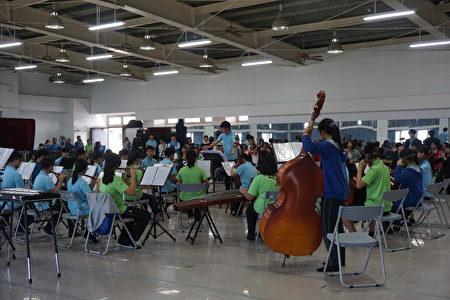 由音樂班國樂團演奏的台灣民謠「調調咚」嘹亮悅耳,贏得滿堂喝采