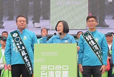 民進黨總統候選人蔡英文7日出席屏東縣競選總部成立大會,她呼籲大家一定要去投票,用選票拒絕紅色勢力,展現台灣人守護民主、顧主權的決心與意志。