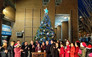 華埠孔子大廈點亮聖誕樹 慶佳節