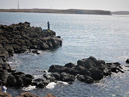 風櫃洞被海水長年侵蝕的岩塊把海岸擠得頭角崢嶸。