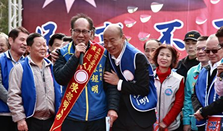 陳超明與韓國瑜互祝競選馬到成功。