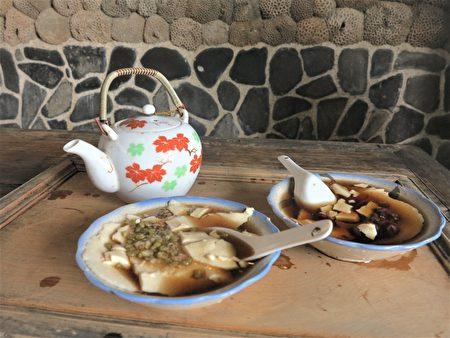 二崁古厝中還有住家,有的住戶還賣著杏仁茶、豆花、金瓜粿。