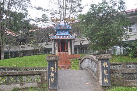 花莲唯一孔庙就在凤林国小校园,让小朋一踏进校园,就能看到孔子肖像。