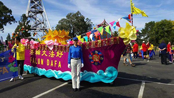 安媛能在澳洲自由地參加法輪功遊行,非常開心。(本人提供)