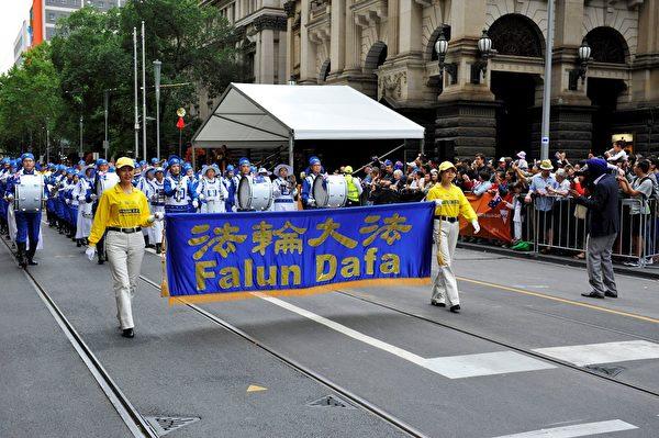 安媛(左一)能在澳洲自由地參加法輪功遊行,非常開心。(本人提供)