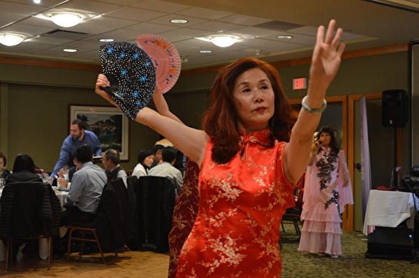 圖:世華工商婦女會溫哥華分會舉辦聖誕節舞餐會,姐妹們不僅熱情好客,更展露各自的歌舞才華,贏得讚賞與掌聲。圖為劉美麗在表演。(邱晨/大紀元)