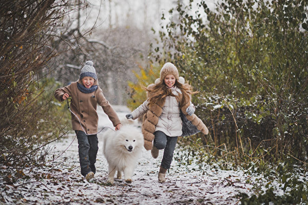 Children run the race with his beloved dog. Fotolia