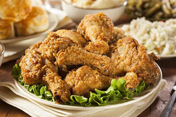 吃炸鸡时,要避免吃太多薯条、面条、白饭,并搭配大量的蔬果。(Fotolia) Homemade Southern Fried Chicken with Biscuits and Mashed Potatoes